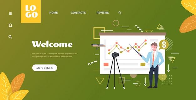 Zakenman blogger grafieken financiële grafiek uit te leggen zakenman opname online video met camera op statief presentatie blogging concept volledige lengte horizontale kopie ruimte