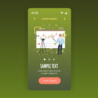 Zakenman blogger grafieken financiële grafiek uit te leggen zakenman opname online video met camera op statief presentatie blogging concept volledige lengte mobiele app kopie ruimte