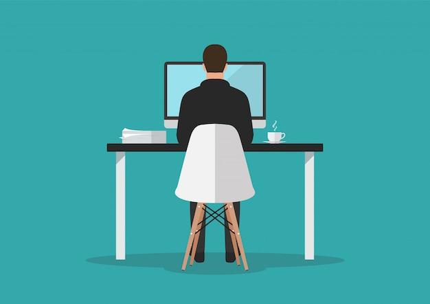 Zakenman die aan computer in bureau werkt