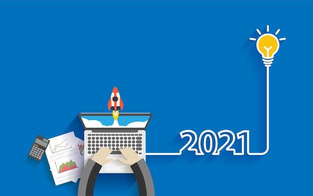 Zakenman die aan laptop gloeilampenidee werkt 2021 nieuwe ideeën voor het opstarten van bedrijven