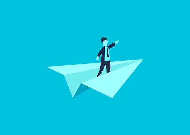 Zakenman die de richting op een papieren vliegtuigje toont als een symbool van zakelijk leiderschap