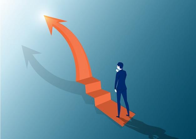 Zakenman die de treden kijkt. op de top op het hoogtepunt van het succes. kijkt naar de bovenste pijl. vector plat ontwerp. zakelijke uitdaging zoek weg naar succes doel.