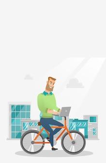Zakenman die een fiets met laptop berijdt.
