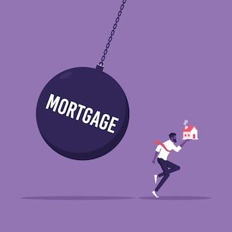 Zakenman die een huis vasthoudt en wegloopt van het gewicht van de hypotheek