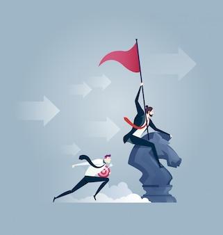 Zakenman die een schaakpaard berijdt met in hand vlag. leiderschap concept.