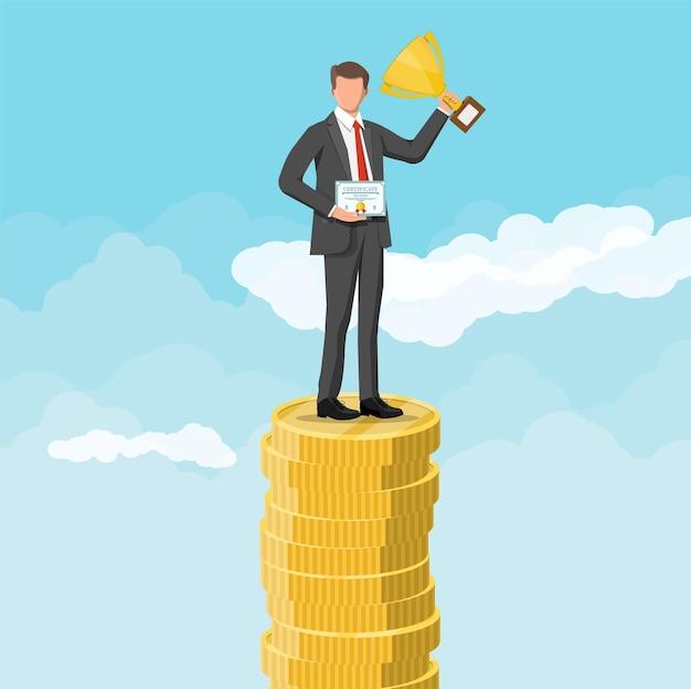 Zakenman die een trofee vasthoudt en een prijscertificaat toont, viert zijn overwinning. stapels gouden munten in de lucht. zakelijk succes triomf doel bereiken. wedstrijd winnen. platte vectorillustratie