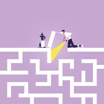 Zakenman die een weg zoekt in het doolhof begint aan een moeilijke doolhofreis om problemen op te lossen