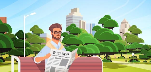 Zakenman die krant leest dagelijks nieuws pers massamedia concept man zittend op houten bankje