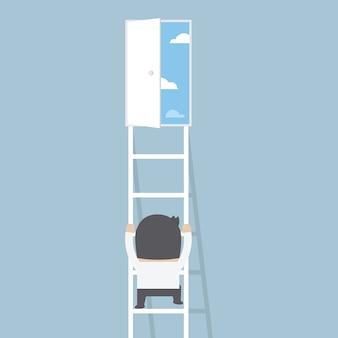Zakenman die ladder beklimt aan de deur van vrijheid