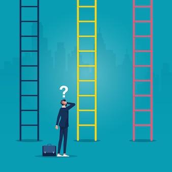 Zakenman die voor ladders staat en verward beslissingen neemt keuzes carrièregroei