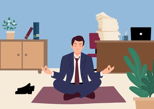 Zakenman die yoga in bureau doet