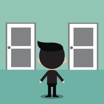 Zakenman die zich voor twee gesloten deuren bevindt.