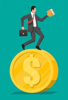 Zakenman draait op dollar munt. jaarlijkse inkomsten, financiële investeringen, sparen, bankdeposito, toekomstig inkomen, geldvoordeel. tijd is geld. platte vectorillustratie