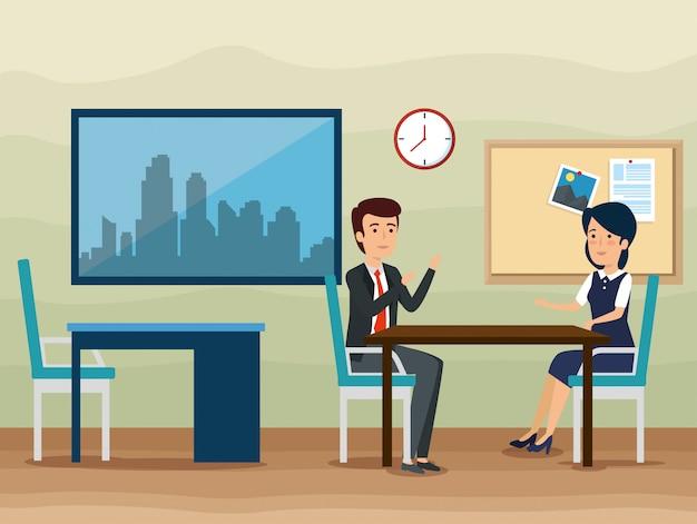 Zakenman en onderneemster die op het kantoor spreken