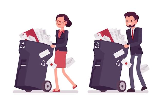 Zakenman en onderneemster die vuilnisbakken op wielen met documenten duwen