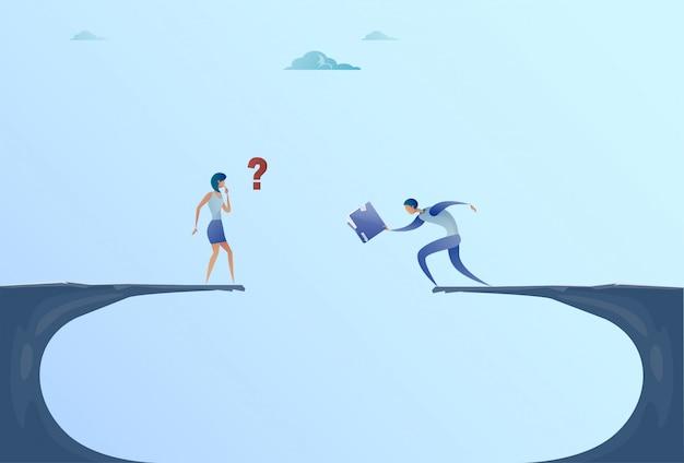Zakenman en zakenvrouw documenten geven over cliff gap berg zakenmensen samenwerking help teamwork concept