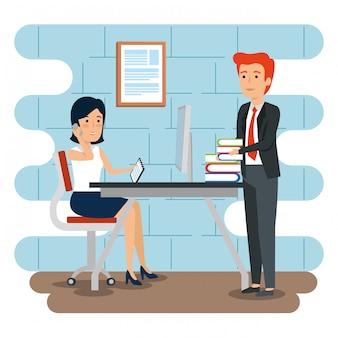 Zakenman en zakenvrouw in het kantoor