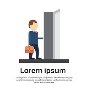 Zakenman enter open door concept