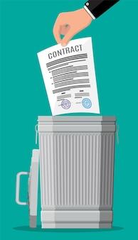 Zakenman gooit het contract in de prullenbak. documentenpapieren in vuilnisbak.