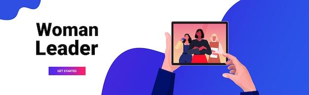 Zakenman handen met behulp van tablet pc bespreken met mix race zakenvrouwen leiders tijdens video-oproep virtuele communicatie concept portret horizontale kopie ruimte vectorillustratie