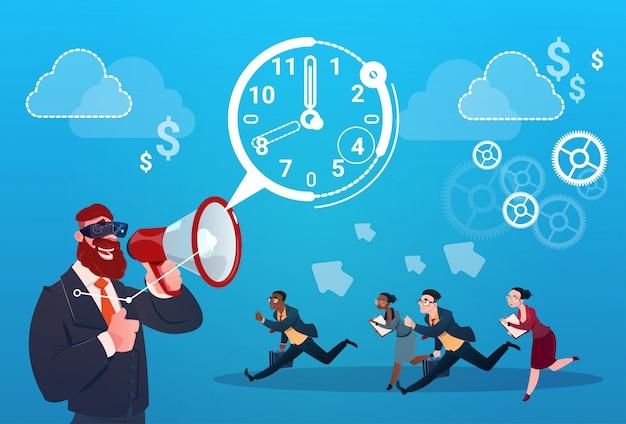 Zakenman hold megaphone business people group run clock zakenmensen tijd termijn concept
