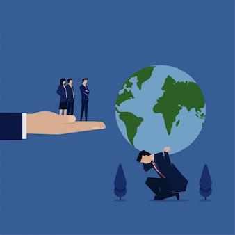 Zakenman huidige earth globe naar manager metafoor van hard werken.