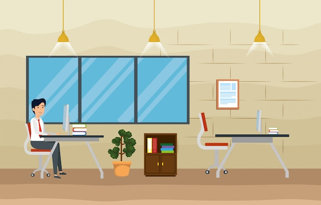 Zakenman in het kantoor met computer en boeken