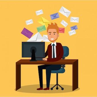Zakenman in het kantoor met e-mailmarketing pictogrammen