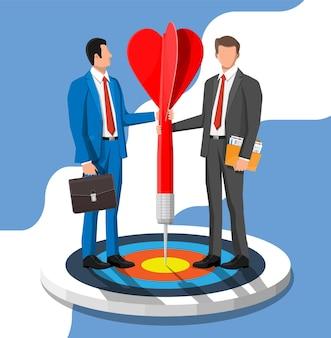 Zakenman in pak met aktetas en map staan met rode pijl op doel. symbool van overwinning, succesvolle missie, doel en prestatie. zakelijk succes. platte vectorillustratie