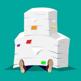 Zakenman in stapel van bureaudocumenten