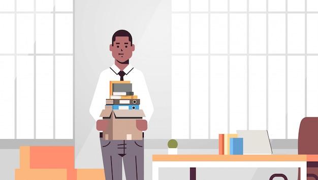 Zakenman kantoor werknemer met doos met dingen dingen nieuwe baan bedrijfsconcept creatieve werkplek moderne kantoor interieur portret horizontaal