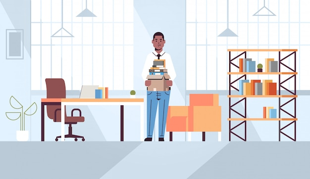 Zakenman kantoor werknemer met doos met dingen dingen nieuwe baan bedrijfsconcept creatieve werkplek moderne kantoor interieur volledige lengte horizontaal