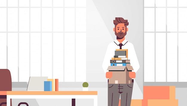 Zakenman kantoor werknemer met doos met dingen dingen nieuwe baan zakelijke creatieve werkplek moderne kantoor interieur close-up