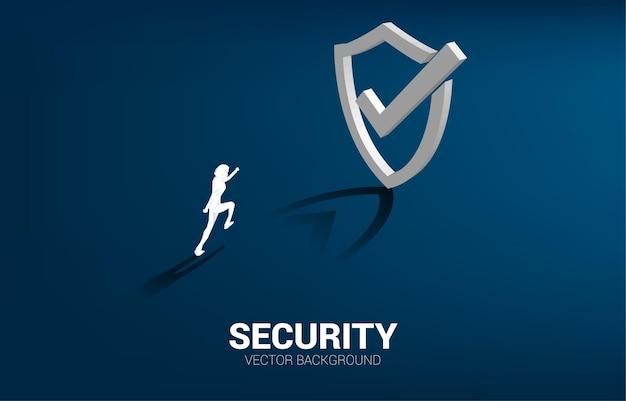 Zakenman loopt naar het pictogram van het 3d-bescherming schild.