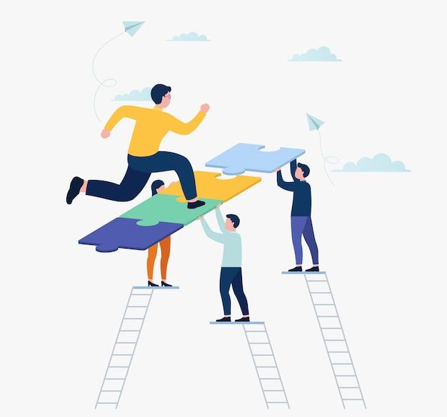 Zakenman loopt op puzzel naar zijn doel. mensen team verbinden puzzelstukjes, teamwork, samenwerking. zakelijk partnerschap concept.