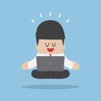 Zakenman mediteren bij het werken met laptop