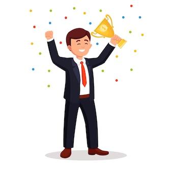 Zakenman met gouden trofee beker zijn handen zwaaien naar publiek