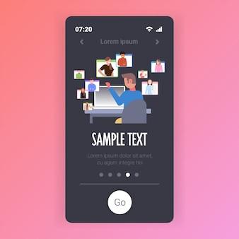 Zakenman met online conferentie tijdens videogesprek op afstand werk quarantaine isolatie concept. smartphone-scherm mobiele app-sjabloon