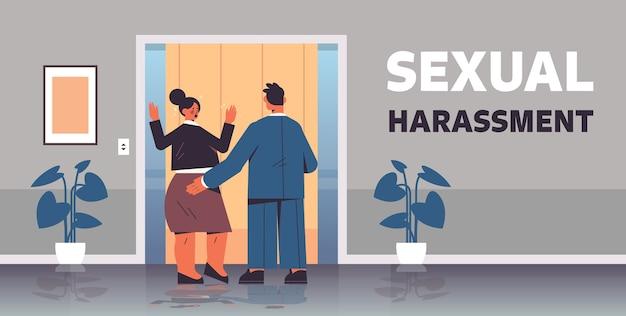 Zakenman molesteren vrouwelijke werknemer seksuele intimidatie op het werk concept wellustige baas aanraken kont van de vrouw kantoor gang interieur horizontaal volle lengte vectorillustratie