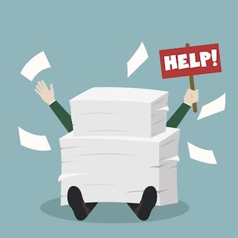Zakenman onder documenten en hulpaanplakbiljet houden