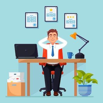 Zakenman ontspant en droomt over iets op de bureaustoel
