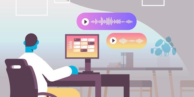 Zakenman op de werkplek communiceren in instant messengers door spraakberichten audio chat applicatie sociale media online communicatie concept horizontale vectorillustratie