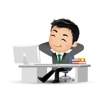 Zakenman op zijn bureau ontspannen manager zit ontspannen en denk op zijn werkplek