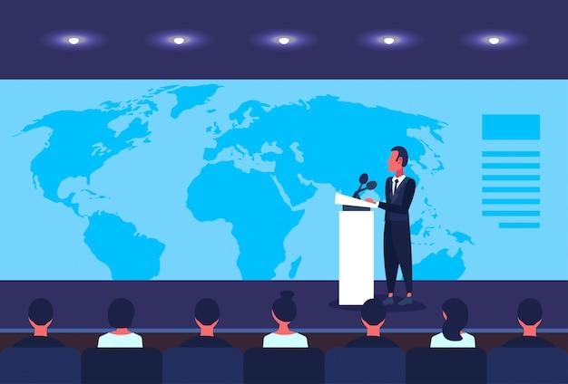 Zakenman politicus praten van tribune zakelijke conferentie over wereldkaart spreker