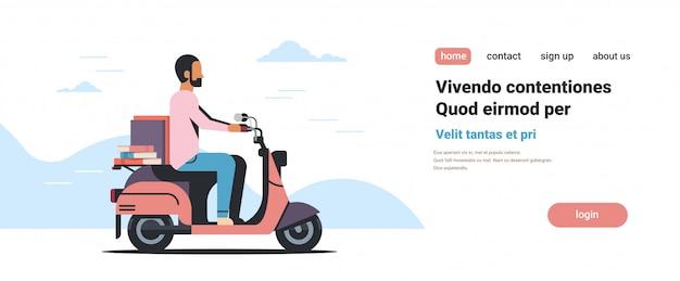Zakenman rijden scooter met boek stapel onderwijs