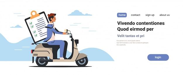 Zakenman rijden scooter met checklist klembord doel bereiken