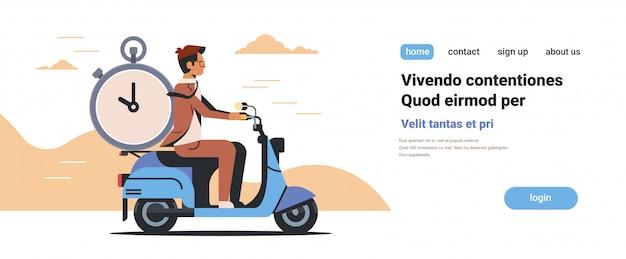 Zakenman rijden scooter met wekker deadline time management