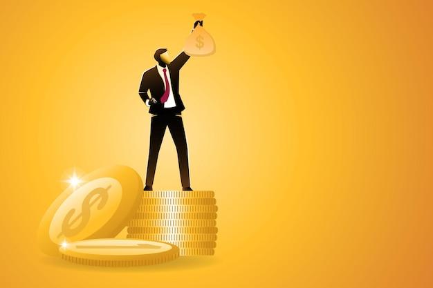 Zakenman staande op stapel gouden munten terwijl geld tas