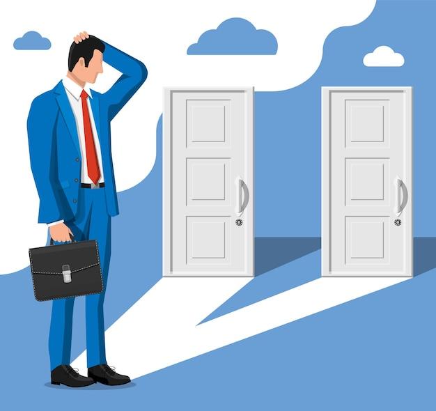 Zakenman staande voor twee gesloten deuren. keuze manier. symbool van besluit en keuze, kansen of carrièrepad, beslis richting. zakenman alvorens te kiezen. platte vectorillustratie