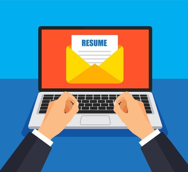 Zakenman stuurt cv-bestand op e-mail. envelop en document op een scherm. nieuwe e-mail ophalen of verzenden.
